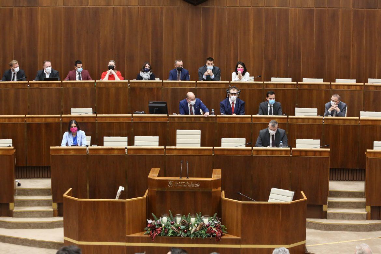 Konečne po roku a početných výzvach KOZ SR poslanci zvýšili pandemické nemocenské a OČR